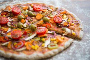 Pizza (Tortilla) mit Tomaten, Oliven, Mais, Zwiebeln, Kapern und Champignons – Express