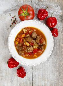 Rindereintopf mit Kartoffeln, Tomaten, Möhren und Paprika