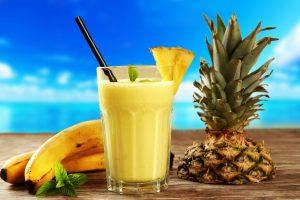 Sojamilchshake mit Ananas und Cashewkernen