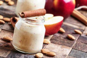 Sojamilchshake mit Apfel, Zimt und Mandeln