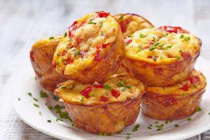 Rührei-Muffins mit Paprika und Schinken