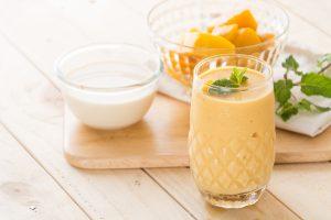 Shake mit Mango, Joghurt und Leinsamen