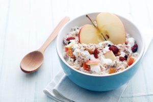 Müsli mit Apfel, Joghurt und Gojibeeren