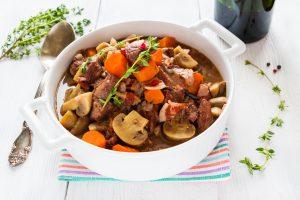 Rindfleischeintopf mit Schalotten, Champignons und Möhren