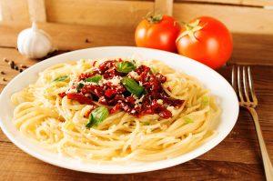 Vollkornspaghetti mit getrockneten Tomaten und Feta