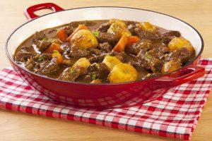 Eintopf mit Kartoffeln, Möhren und Rindfleisch