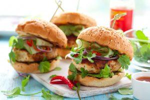 Hamburger mit Putenbrust und Gemüse