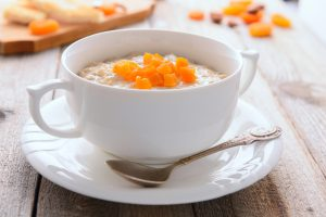 Porridge mit getrockneten Pfirsichen