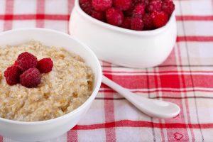 Porridge mit Himbeeren und Banane