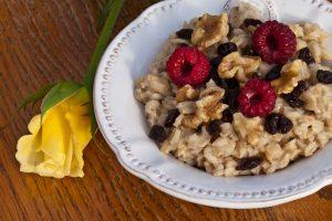 Porridge mit Himbeeren, Walnüssen und Rosinen