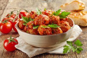 Rinderhackfleischbällchen mit Tomatensauce