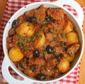 Rindfleischeintopf mit Kartoffeln, Oliven und Kapern