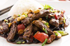 Rindfleischstreifen mit Reis, Paprika und Tomate