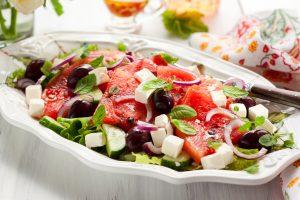 Wassermelonensalat mit Trauben, Gurke und Feta