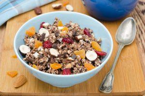 Schokomüsli mit Cranberries und Aprikosen