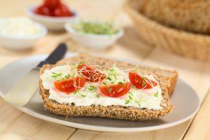 Tomaten-Eiweißbrötchen mit Kresse