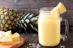 Sojamilchshake mit Ananas und Kokosnuss
