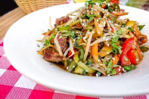 Teriyaki-Rindfleisch mit Zucchini, Paprika und Sesam