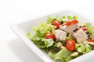 Thunfischsalat mit Tomaten, Eisbergsalat und Knoblauch
