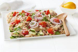 Thunfischsalat mit Tomaten, Gurke und Zwiebel