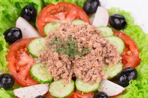 Thunfischsalat mit Tomaten, Radieschen, Gurke und Oliven