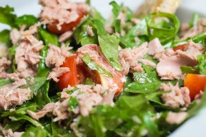 Thunfischsalat mit Tomaten und Rucola