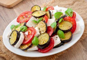 Tomaten-Mozzarella-Salat mit Auberginen