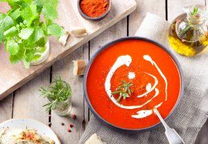 Tomatensuppe mit Hackfleisch und Basilikum