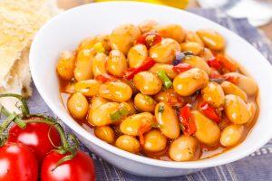 Türkischer Bohneneintopf mit Tomaten und Paprika
