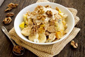 Vollkorncornflakes mit Obst und Walnüssen