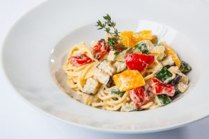 Vollkornspaghetti mit Gemüse in Käse-Sauce
