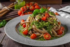 Vollkornspaghetti mit Walnusspesto und Kirschtomaten