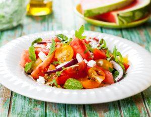 Wassermelonensalat mit Rucola, Tomaten, Feta und Zwiebeln