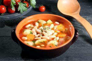 Weiße Bohnensuppe mit Kartoffeln und Gemüse