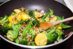 Wok-Nudeln mit Zucchini, Brokkoli und Zuckerschoten