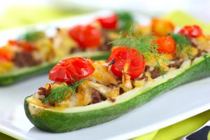 Zucchini gefüllt mit Soja-Hackfleisch und Tomaten