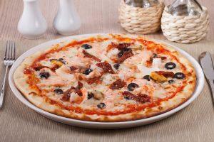 Pizza (Tortilla) mit Meeresfrüchten, Oliven und getrockneten Tomaten – Express