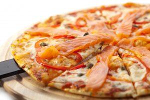 Pizza (Tortilla) mit Mozzarella, Lachs, Paprika und Kapern – Express