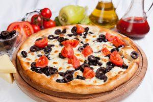 Pizza (Tortilla) mit Oliven und Tomaten – Express