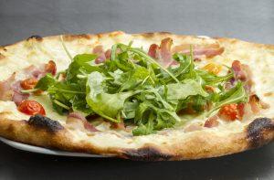 Pizza (Tortilla) mit Parmaschinken und Rucola – Express