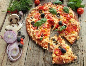 Pizza (Tortilla) mit Tomaten, Schinken, Champignons, Oliven und Mais – Express