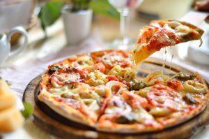Pizza (Tortilla) mit Tomaten, Zwiebeln, Mozzarella und Muscheln – Express