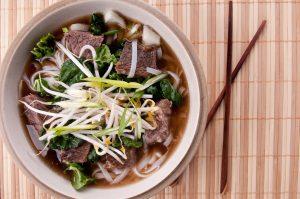 Rindfleischsuppe asiatisch mit Sprossenkeimen, Mangold und Glasnudeln