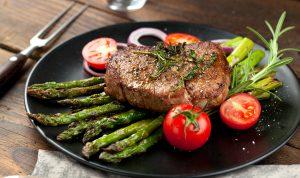 Steak mit grünem Spargel und Tomaten