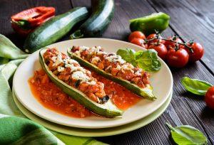 Zucchini-Schiffchen in Tomatensauce