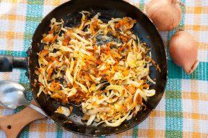 Chinakohlpfanne mit Karotten, Zwiebeln und Walnüssen