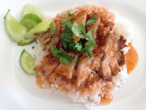 Knuspriges Schweinefleisch mit Reis und Chilisauce