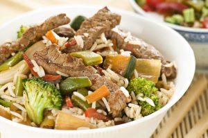 Rindfleischstreifen mit Reis, Brokkoli und Zucchini