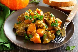 Schweinegulasch mit Kürbis, Curry und frischer Petersilie