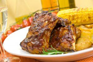 Spare Ribs mit Kartoffelecken und Maiskolben